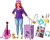 Barbie Voyage poupée Daisy aux cheveux roses avec sa valise, figurine de chat, guitare, autocollants et...
